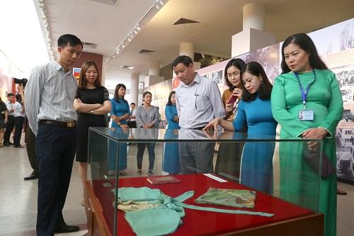 Hàng trăm lượt du khác đã ghé thăm triển lãm trong buổi sáng khai mạc. Ảnh: Gia Chính