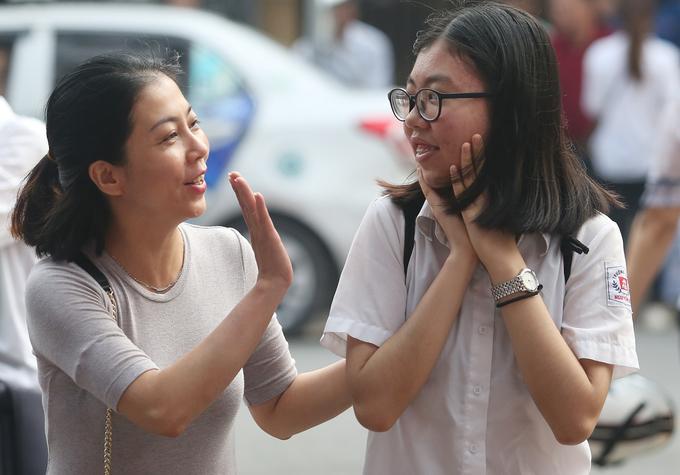 Phụ huynh trấn an con trước giờ thi vào lớp 10 ở Hà Nội