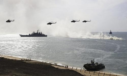 Trực thăng và tàu chiến Nga trong một cuộc tập trận ở Crimea hồi tháng 9/2016. Ảnh: AP.