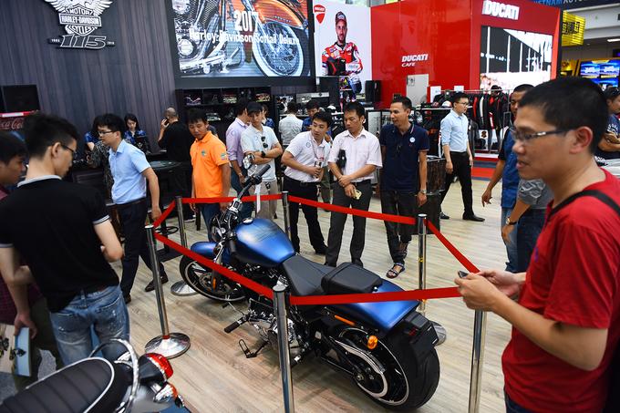 Người mẫu đọ dáng cùng xe trong triển lãm tại Hà Nội