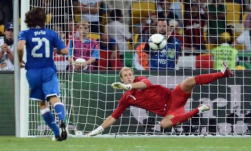 Cầu thủ Andrea Pirlo thực hiện cú sút phạt đền theo kiểu panenka trong giải vô địch bóng đá châu Âu năm 2012. Ảnh: Shortlist.