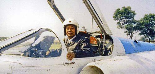 Phi công Yang Gouxiang trên tiêm kích bom Q-5A. Ảnh: Air Space Mag.