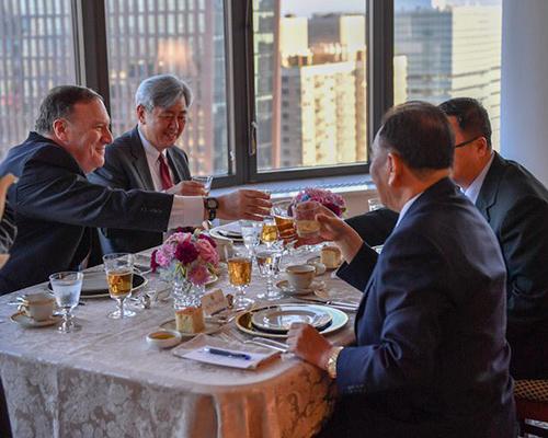 Ngoại trưởng Mỹ (ngoài cùng, bên trái) cụng ly với các phó chủ tịch đảng Lao động Triều Tiên Kim Yong-chol tại New York ngày 30/5. Ảnh: Reuters.