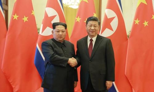 Lãnh đạo Triều Tiên Kim Jong-un (trái) gặp Chủ tịch Trung Quốc Tập Cận Bình tại Đại Liênhồi tháng 5. Ảnh: KCNA.