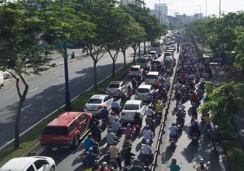 Kẹt xe kéo dài trên đại lộ Võ Văn Kiệt. Ảnh: Tin Tin