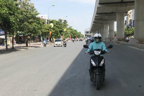 Nhiều người tận dụng bóng râm tránh nóng khi di chuyển trên đường Hà Nội vào giữa trưa. Ảnh: D.T