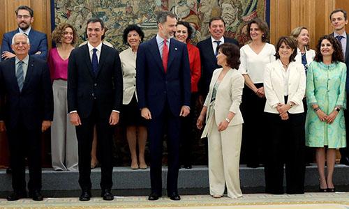 Tân thủ tướng Pedro Sanchez (hàng trước, thứ hai từ trái sang) đứng cạnh Vua Felipe, chụp ảnh cùng các bộ trưởng trong nội các mới thành lập. Ảnh: BBC.