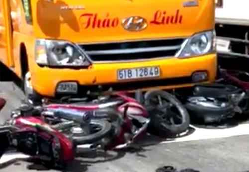 Các xe máy ngã la liệt trước đầu xe. Ảnh: Nguyệt Triều.