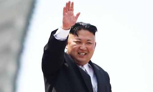 Lãnh đạo Triều Tiên Kim Jong-un vẫy tay với người dân trong cuộc diễu hành quân sự đánh dấu kỷ niệm 105 năm ngày sinh cố lãnh đạo Kim Nhật Thành hôm 15/4/2017 tại Bình Nhưỡng. Ảnh: Reuters.