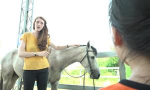 Cô giáo Tây dạy trẻ em Hà Nội cưỡi ngựa