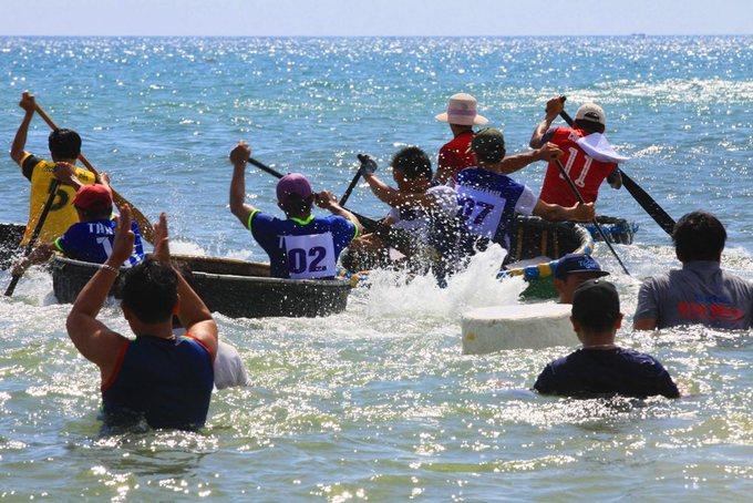 Ngư dân Huế đua tài chèo thuyền thúng trên biển