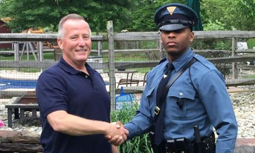 Cuộc hội ngộ giữa cảnh sát Michael Patterson (phải) và cựu sĩ quan Matthew Bailly, người từng đỡ đẻ cho anh. Ảnh: New Jersey State Police.