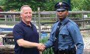 Cảnh sát Mỹ chặn xe người từng đỡ đẻ cho mình