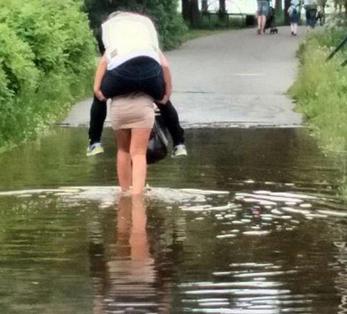 Đã bảo đường ngập rồi mà cứ thích mang giày.