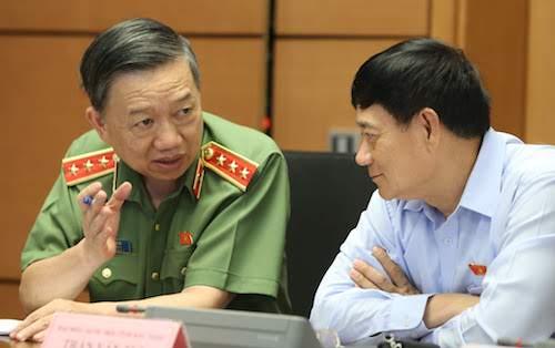 Bộ trưởng Công an Tô Lâm (bìa trái) trao đổi với ông Trần Văn Tuý, Trưởng ban công tác đại biểu Quốc hội. Ảnh: Quang Phúc