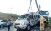 Xe khách lộn nhiều vòng sau cú chạm đuôi container, một người chết