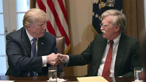 Trump bắt tay Cố vấn An ninh Quốc gia John Bolton tại Nhà Trắng hôm 9/4. Ảnh: AP.