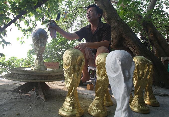 Lò sản xuất 'cúp vàng' World Cup 2018 ở Bát Tràng
