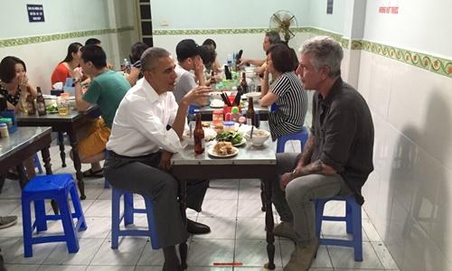 Tổng thống Mỹ Barack Obama ngồi ăn bún chả cùng đầu bếp Anthony Bourdain ở Hà Nội năm 2016. Ảnh: Instagram.