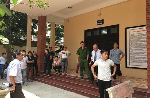Nhiều người đứng ngoài phòng xử án vì phiên xét xử kín. Ảnh: Phạm Dự.