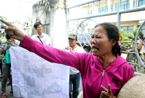 Người dân căng bản đồ quy hoạch và biểu ngữ phía trước trụ sở Trung tâm bồi dưỡng chính trị quận 2. Ảnh: Thành Nguyễn.