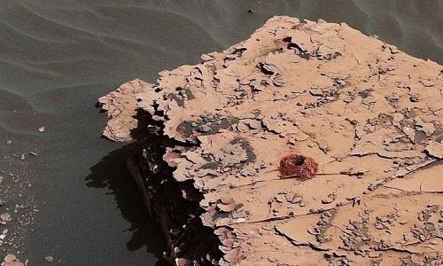 Robot Curiosity khoan lỗ sâu 5 cm trên lớp đá sao Hỏa. Ảnh: NASA.