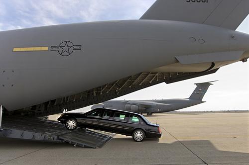 Xe Quái thú được chuyển lên một chiếc C-17 Globemaster III. Ảnh: USAF.