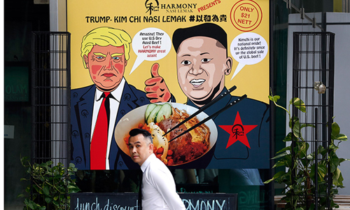 Hình ảnh Tổng thống Mỹ Donald Trump và lãnh đạo Triều Tiên Kim Jong-un được sử dụng quảng cáo cho một món ăn địa phương tại trung tâm mua sắm của Singapore hôm 7/6. Ảnh: AP.