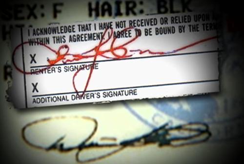 Chữ ký không giống với chữ ký trên bằng lái.