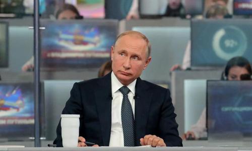 Tổng thống Putin trả lời phỏng vấn trực tiếp trên truyền hình hôm 7/6. Ảnh: Reuters.