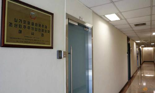Lối vào sứ quán Triều Tiên tại Singapore ngày 24/5. Ảnh: Reuters.