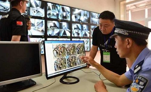 Cảnh sát tham gia tích cực vào quá trình kiểm soát gian lận thi cử ở Trung Quốc. Ảnh: NDTV