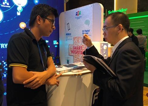 Kết nối đang đóng vai trò quan trọng trong thúc đẩy trường khoa học công nghệ ở Việt Nam. (Trong ảnh doanh nghiệp giới thiệu sản phẩm công nghệ tại triển lãm). Ảnh: Bích Ngọc.