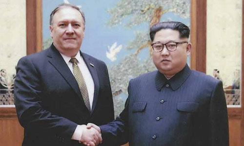 Lãnh đạo Triều TiênKim Jong-un bắt tay với Ngoại trưởng Mỹ Mike Pompeo tại thủ đô Bình Nhưỡng vào ngày 1/4. Ảnh: AFP.