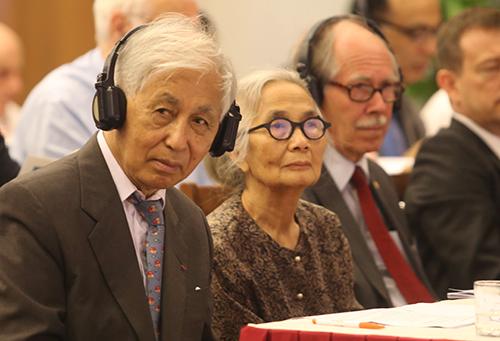 Giáo sư Lê Kim Ngọc cùng chồng là giáo sư Trần Thanh Vân (bên trái) trong Gặp gỡ Việt Nam lần thứ 14. Ảnh: Đắc Thành.