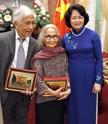 Hai vợ chồng giáo sư gặp Phó Chủ tịch nước Đặng Thị Ngọc Thịnh tháng 8/2017.
