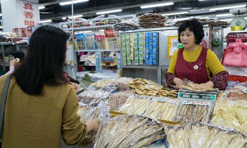 Cá khô Triều Tiên được bày bán tạiCát Lâm, Trung Quốc. Ảnh: NYTimes.