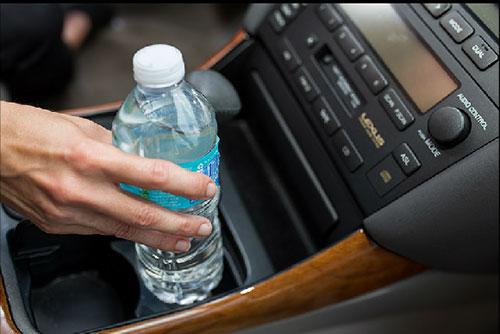 Nước đóng chai để trong ôtô dưới trời nắng nóng có gây hại cho sức khỏe không?