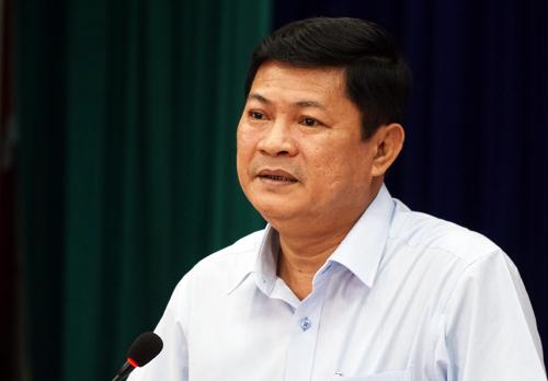Ông Huỳnh Cách Mạng, Phó chủ tịch UBND TP HCM trao đổi với 7 hộ dân Thủ Thiêm. Ảnh: Tin Tin