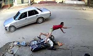 Xe máy qua đường bị ôtô tông bay vào vỉa hè: Ai đúng, ai sai?