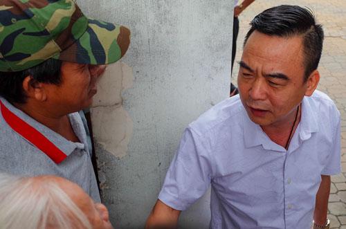 Ông Nguyễn Hồng Điệp, Trưởng ban tiếp công dân Trung ương (trái) trao đổi với người dân Thủ Thiêm. Ảnh: Thành Nguyễn