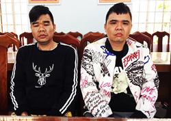 Hai anh em nười Trung Quốc trốn truy nã bị công an bắt. Ảnh: Công an cung cấp.