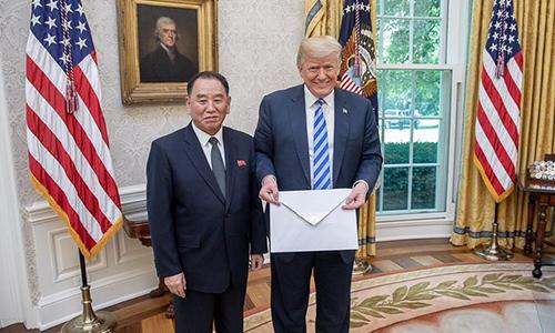 Ông Kim Yong-chol, phó chủ tịch đảng Lao động Triều Tiên, trao thư của lãnh đạo Kim Jong-un cho Tổng thống Donald Trump tại phòng Bầu dục, Nhà Trắng hôm 1/6. Ảnh: White House.
