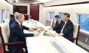 Putin và Tập Cận Bình uống trà trên tàu cao tốc Trung Quốc