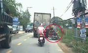 Tài xế hú vía khi bé trai băng qua đầu xe container - 1
