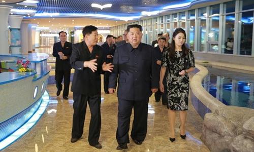 Lãnh đạo Triều Tiên Kim Jong-un và phu nhân tại nhà hàng hải sản. Ảnh: KCNA.