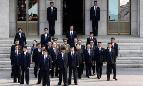 Lãnh đạo Triều Tiên được bao quanh bởi các cận vệ tại hội nghị thượng đỉnh liên Triều ngày 27/4. Ảnh: AFP.