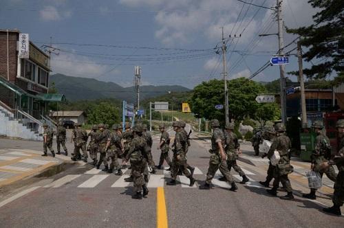 Lính Hàn Quốc băng qua một con đường ở huyện Yangu hôm 30/5. Ảnh: AFP.