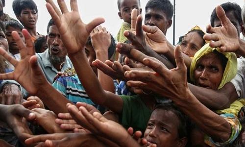 Người Rohingya trong trại tị nạnKutupalong ở Bangladesh xin thức ăn hôm 30/8/2017. Ảnh: AFP.