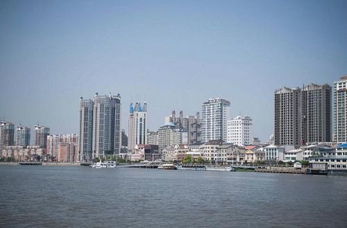 Các chung cư nhìn ra sông ngăn cách thành phố Đan Đông, biên giới Trung Quốc và Triều Tiên. Ảnh: ST.